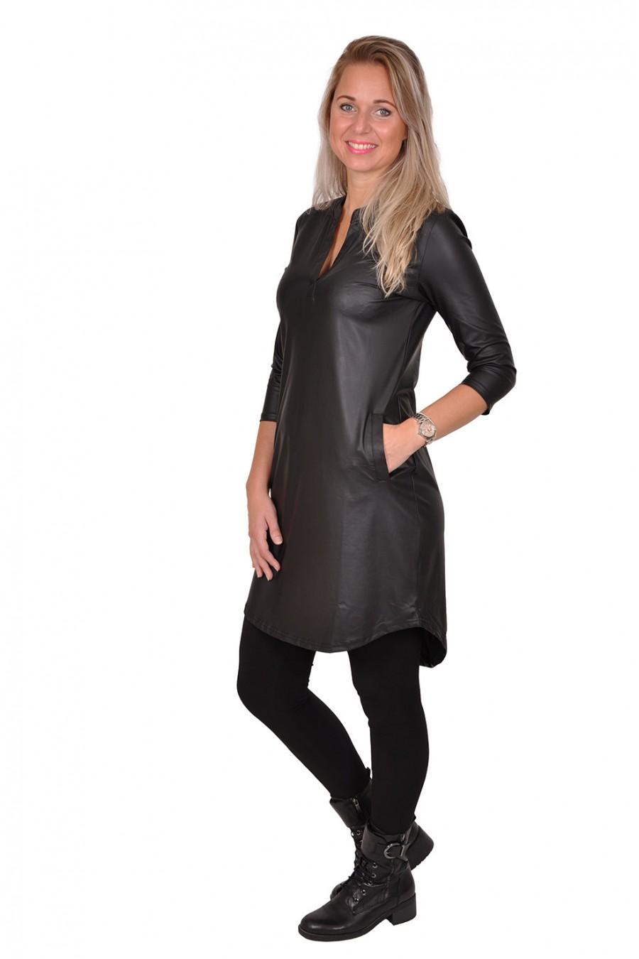 Travelstof leatherlook jurk met V-hals Triple Nine Triple Nine